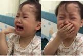 Nửa đêm còn bị bố trêu, em bé đáng yêu gọi điện mách ông nội vừa nức nở nhưng vẫn dõng dạc: Con không chịu được bố luôn!