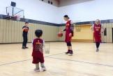 Mới ngày nào còn bé tí, giờ con trai Huỳnh Hiểu Minh đã lũn cũn đáng yêu chơi bóng rổ cùng bố