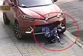 Video: Mải dùng điện thoại trên vỉa hè, cô gái bị ô tô đâm suýt mất mạng