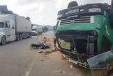 Hà Tĩnh: Tránh đâm trực diện xe máy, xe tải lật phơi bụng giữa đường