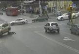 Xe tải đâm văng người đi bộ sang đường