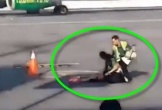Video: Nữ hành khách lăn ra đất ăn vạ vì lỡ chuyến bay
