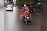 Hoảng hồn nữ 'ninja' đi xe máy quấn chăn kín mít để chống rét