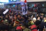 Người hâm mộ 'bao vây' tuyển Việt Nam ngay tại sân bay
