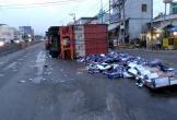Lật xe container, hàng trăm thùng bia đổ ra đường