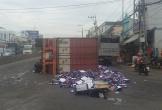 Container nổ bánh lật giữa đường, hàng trăm thùng bia văng tung toé
