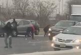 Mỹ: Dừng xe trên đường cao tốc nhặt tiền rơi