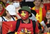 CĐV Việt đội mũ cối xem chung kết AFF Cup lên báo nước ngoài