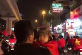 CĐV nhí đáng yêu nhất đêm Việt Nam vô địch AFF Cup: