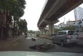 Lái xe bằng 1 tay, nam thanh niên tông ngã người đi đường