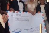 Đi đám cưới ai chẳng mừng cô dâu chú rể, nhưng hội bạn bè đưa phong bì 'khủng' đến đám cưới thế này mới 'bá đạo'