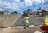 Clip: Chạy ngược chiều tốc độ cao, thanh niên lao thẳng vào đầu ô tô