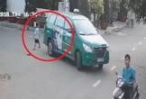 Clip: Taxi lùi đè lên bé trai đang đá bóng nhưng tài xế không hề hay biết