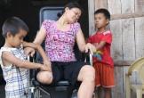 Hà Tĩnh: Nghẹn lòng trước cảnh 2 đứa con thơ chăm bố bệnh tật, mẹ tai nạn nằm liệt giường