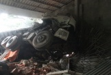 Hà Tĩnh: Kinh hoàng xe tải mất lái đâm xuyên ki ốt bên QL1A