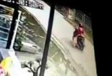 Mẹ lái xe máy, kéo lê con gái 4 tuổi trên đường