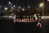 Tiểu thương Sài Gòn đem hoa Tết ế trang trí cho vòng xoay