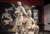 Du khách thản nhiên phá hoại bức tượng hàng nghìn năm tuổi, trị giá hơn 90 tỷ đồng