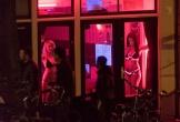 Du khách bị cấm nhìn chằm chằm vào gái mại dâm ở phố đèn đỏ