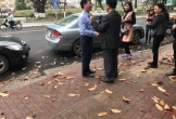 Ôtô va chạm, chủ xe xuống bắt tay mời nhau điếu thuốc
