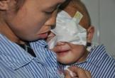 Tiếng khóc xé lòng của bé 2 tuổi bị ung thư võng mạc