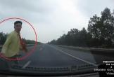 Băng qua cao tốc như chốn không người, người đàn ông bị ô tô húc văng