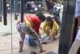 Một cô gái bị đánh đập giữa đường, không ai dám can ngăn