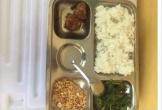 Phụ huynh 'bắt gặp' con ăn cơm trưa ở lớp học bán trú chỉ với 2 miếng chả và ít lạc rang