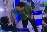 Hé lộ cuộc trao đổi giữa người nhà bệnh nhi đấm bác sĩ, vứt tiền dàn dựng 'bị đòi lót tay'