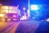 Xe máy tông cột biển báo giao thông, 2 vợ chồng thương vong