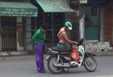 Câu chuyện tài xế Grab Bike cởi áo cho khách mặc khiến ta thấy đời thật dễ thương