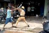 2 thanh niên đấm đá túi bụi cảnh sát giữa phố