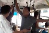 Nhân viên thu vé xe buýt chửi bới, kẹp cổ, đạp hành khách xuống xe