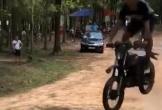 Biểu diễn xe máy, thanh niên bị ngã sấp mặt