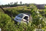 Xe tải mất lái lao xuống cống, bố đập cửa cứu con trai thoát nạn