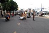 Cảnh sát vất vả can ngăn 2 người đàn ông sau va chạm