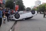 Giải cứu nữ tài xế mắc kẹt trong xe lật ngửa sau va chạm