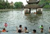 Hàng trăm trẻ nhỏ Hà Nội đổ xô tắm hồ giải nhiệt