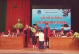 Thầy quỳ gối cầu hôn SV lúc trao bằng ở Nghệ An: Nhiều giảng viên lên án