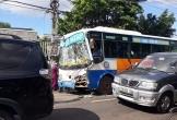 Xe buýt tông xe tải, tài xế mắc kẹt trong cabin