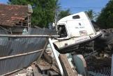 Xe container đâm sập căn nhà có 3 người đang ngủ