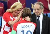 Tổng thống Croatia lau nước mắt cho thủ quân đội tuyển quốc gia