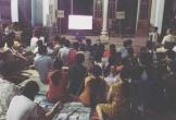 Màn 'chia phe' siêu dễ thương của CĐV làng quê trong trận chung kết World Cup 2018