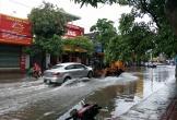Mưa lớn đường phố thành sông, dịch vụ cẩu xe hốt bạc