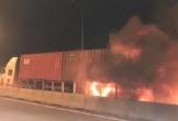 Ôtô 16 chỗ bốc cháy khi đâm xe container trên cao tốc Long Thành, 2 người chết