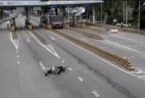 Xe máy phóng ẩu trên làn đường dành cho ôtô