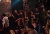 Cảnh sát đột kích beer club, hàng chục nam nữ bị đưa về trụ sở