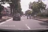 Vừa chạy xe vừa nói chuyện, 2 người phụ nữ kéo nhau té giữa đường