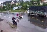 Xe máy 'kẹp 3' bị hất tung sau va chạm, 2 thanh niên tử vong