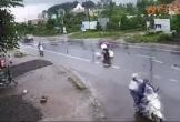 Thanh niên chạy 'xé gió', phóng vào đầu xe tải giữa trời mưa